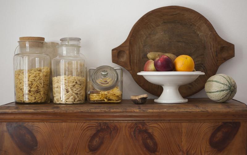 Mobile con vassoio frutta e contenitori pasta